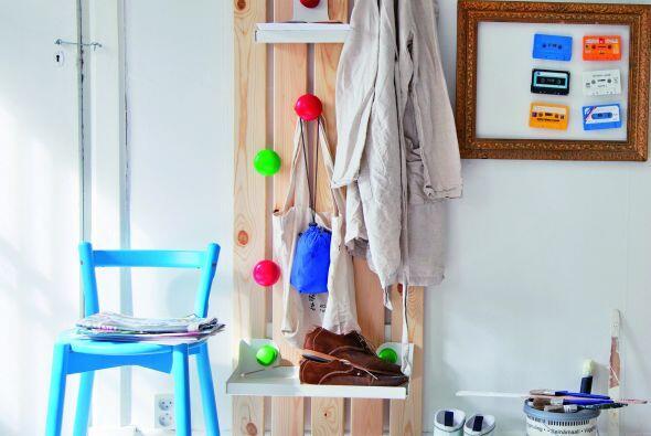 Para comenzar, un perchero es indispensable. Este modelo de Ikea con una...