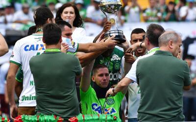 Jackson Follmann (centro) recibiendo el trofeo de la Copa Sudamericana.