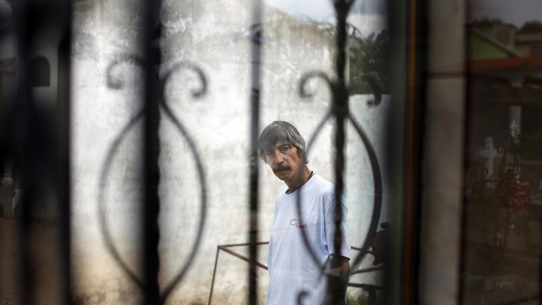 Gerardo Alcocer de junto a la cripta donde descansan los restos de su hijo.
