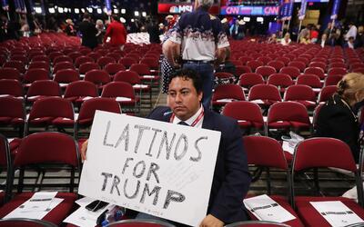 Un hombre sostiene en el Qucken Loans Arena en la Convención Nacional Re...