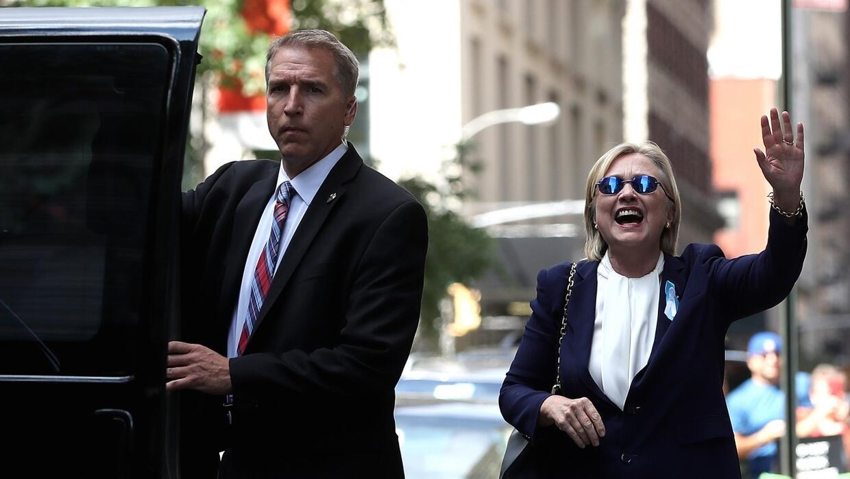 Hillary Clinton reaparece sonriente en casa de su hija tras dejar ceremo...