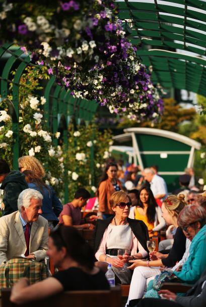 La gente puede relajarse y tomar una copa de Champagne durante la jornada.