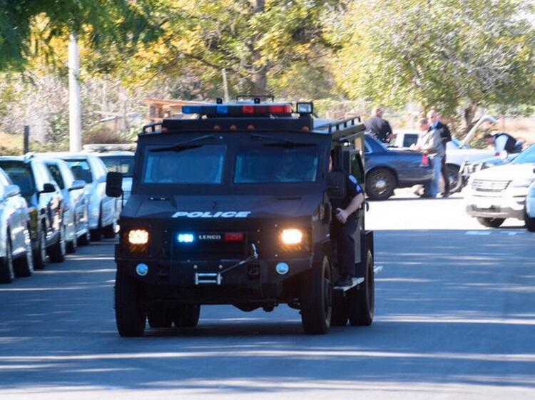 Un equipo SWAT llega a la zona del tiroteo.