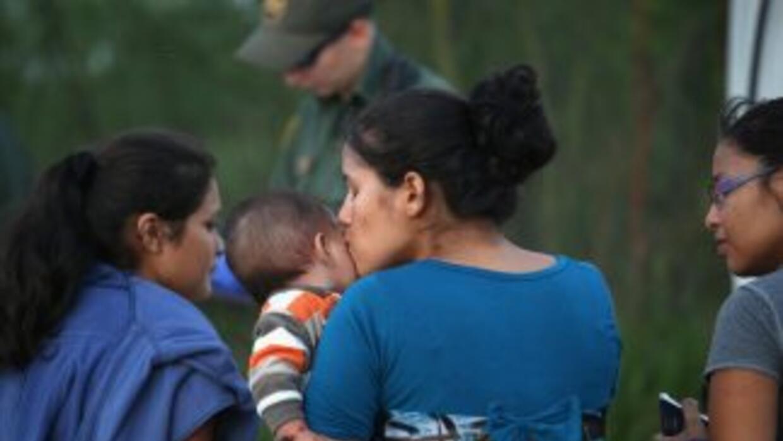 Migrantes indocumentados detenidos en la frontera entre Texas y México c...