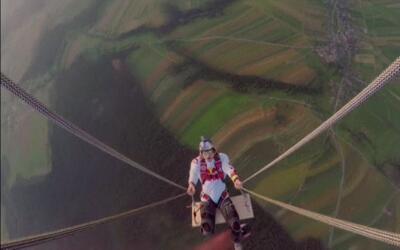 Se columpian desde dos globos aerostáticos para romper un récord mundial