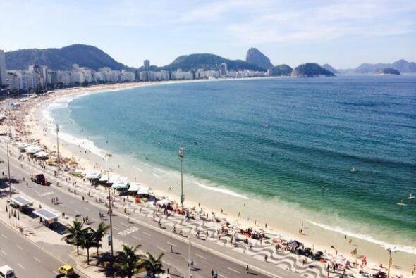 Es el guardián de una de las playas más bellas de Brasil.