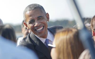 El presidente Barack Obama sonríe mientras saluda a la gente en l...
