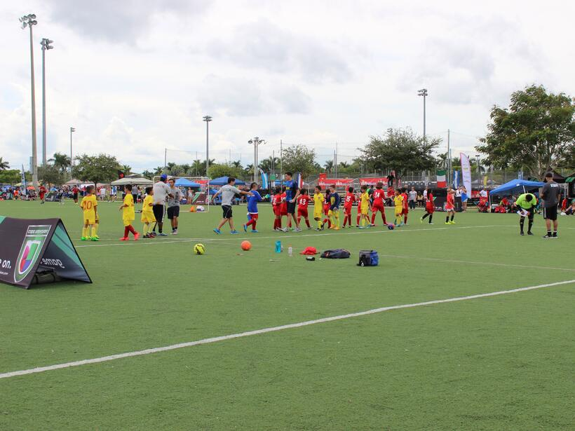 Cientos de personas se dieron cita al Kendall Soccer Park para participa...