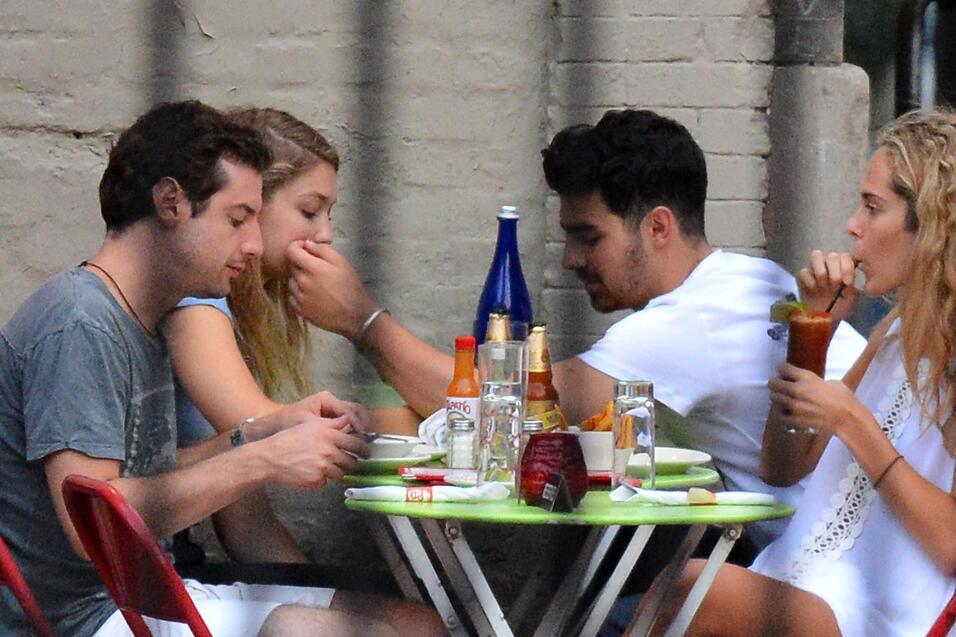 Joe Jonas muy cariñoso con Gigi Hadid