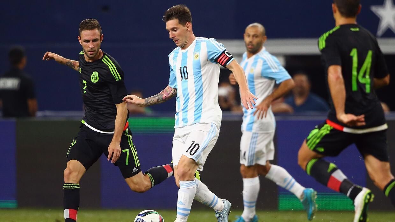 Leo Messi jugando un amistoso contra México