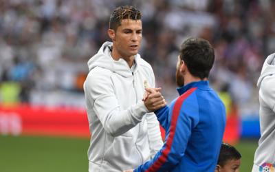 Cristiano Ronaldo y Lionel Messi se saludan previo al Clásico