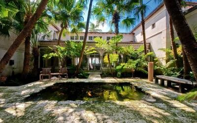Phil Collins compra antigua mansión de JLo
