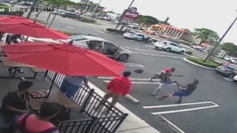 A navajazos, unos jóvenes se enfrascaron en una pelea en un estacionamie...