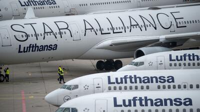 Pasajero de Lufthansa intenta abrir la puerta de un avión en vuelo lufth...
