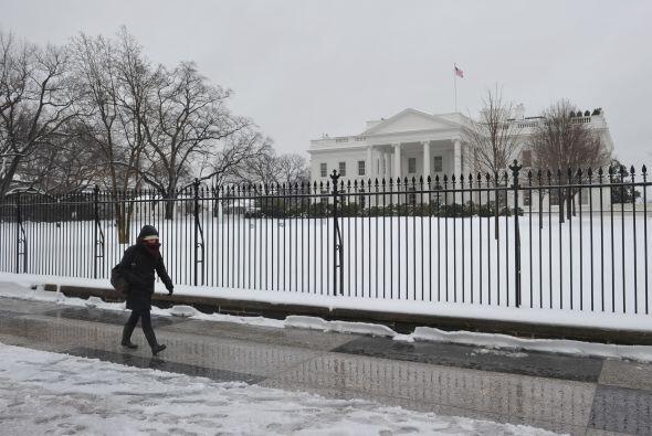 El frente de la Casa Blanca se ve más blanco que nunca a causa de la nieve.