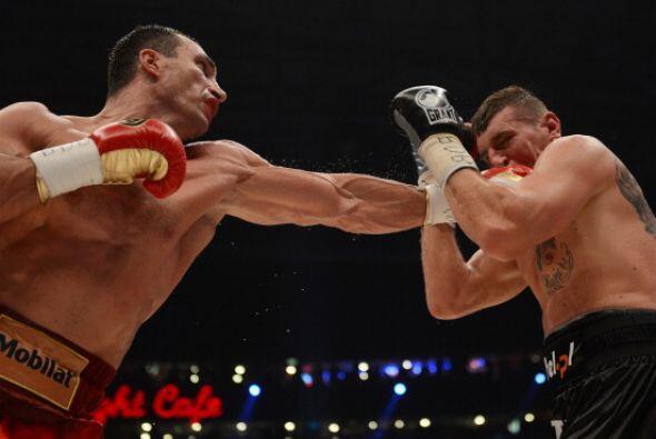 En el octavo Klitschko apuntó con fuerza en busca del nocaut.