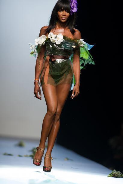 Naomi Campbell apareció en París, convertida en un enorme 'bouquet de no...