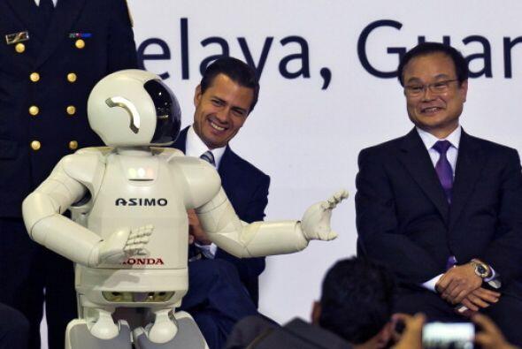 Este 2014, ASIMO también le sacó sonrisas al presidente de México, Enriq...