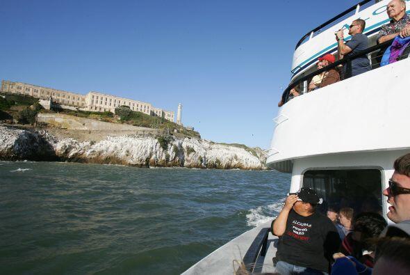 Los turistas pueden llegar a la isla por ferry desde el muelle 33, cerca...