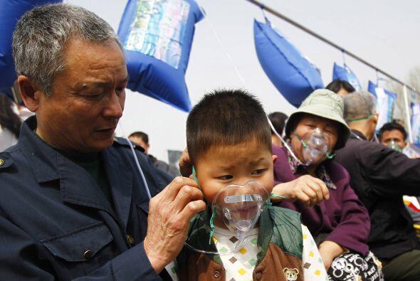 Mucha gente mayor ayudaba a sus niños a ponerse las mascarillas.
