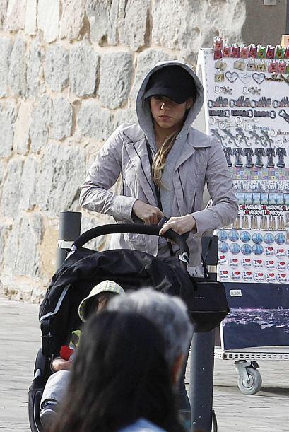 Sentó a Milan en su carrito de bebé y comenzaron a pasear....
