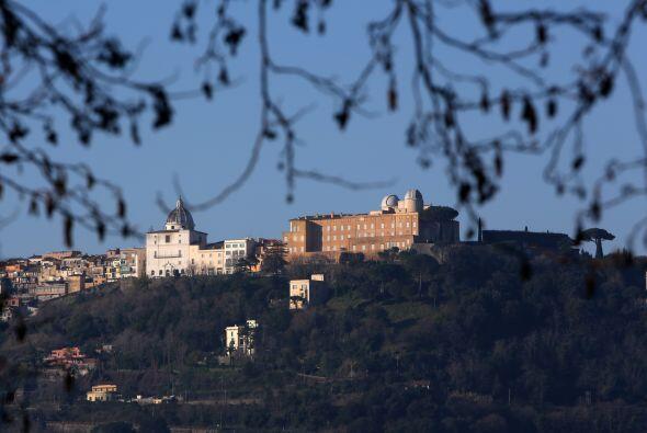 En tanto, Castel Gandolfo se ha llenado de periodistas que esperan el ar...