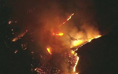 Fuegos fuera de control acaban con decenas de viviendas en las montañas...