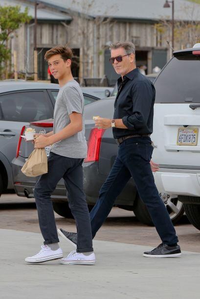 El ex agente 007 salió de compras en Malibú con el menor d...