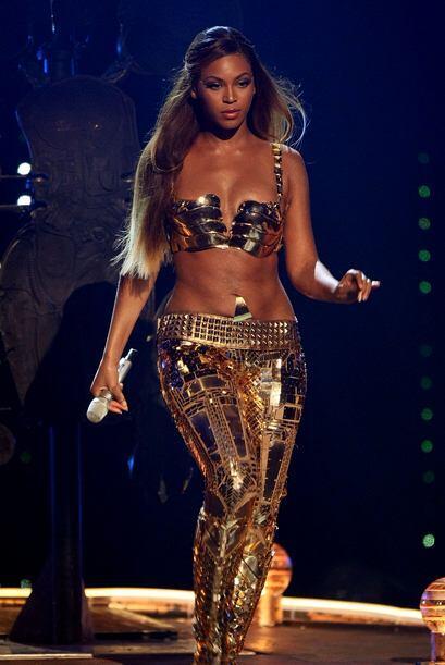 Beyoncé en varias ocasiones calentó el escenario con estas sensuales pie...