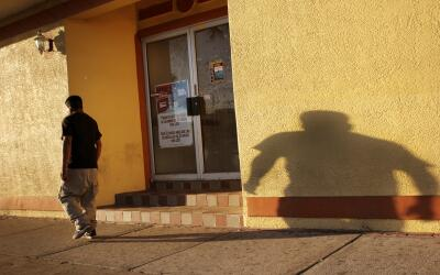 Un inmigrante camina en el Main Street de Immokalee, Florida, al atardecer.