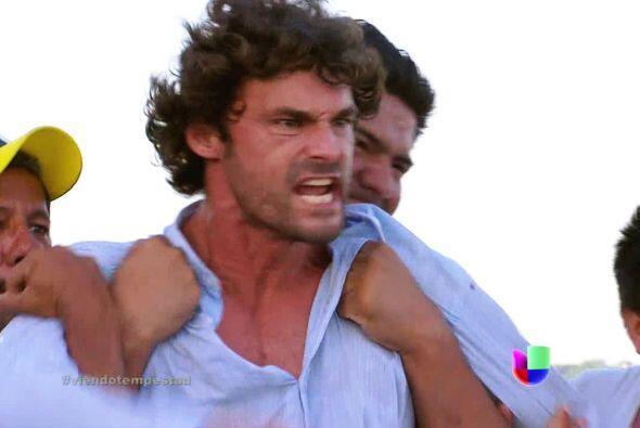 A Hernán no le hizo mucha gracia que ese marinero le pusiera una mano en...