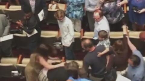 Padres de familia protagonizan intensa pelea durante una ceremonia de gr...