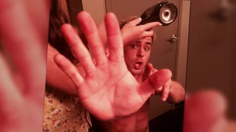 Zac Efron es sorprendido sin camisa