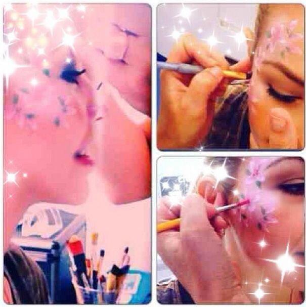 La famosa compartió cómo se iba pintando el rostro para la fiesta de cum...