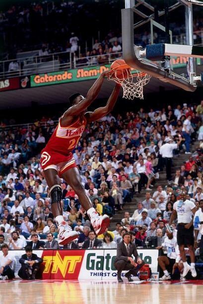 1990 - Dominique Wilkins de los Atlanta Hawks realiza una volcada a dos...