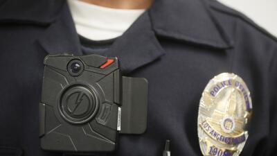 Un policía de Los Ángeles porta una cámara pegada al cuerpo durante una...