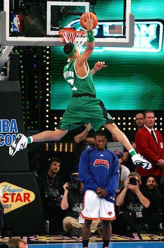 2007 - Gerald Green de los Celtics de Boston salta sobre varias cosas, e...