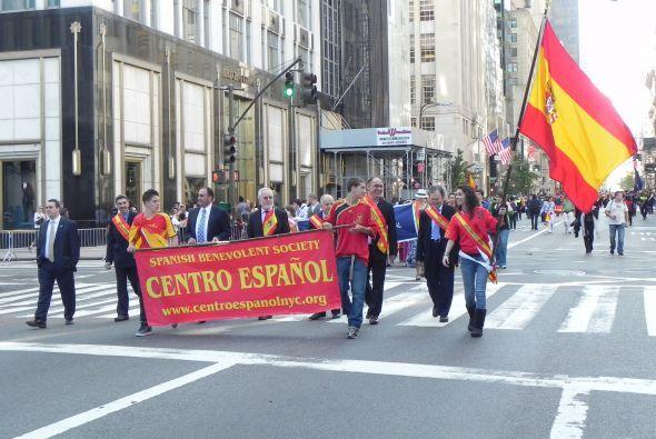 Familias hispanas desfilan por la 5ta Avenida 755b5933e2174efaa72c303395...