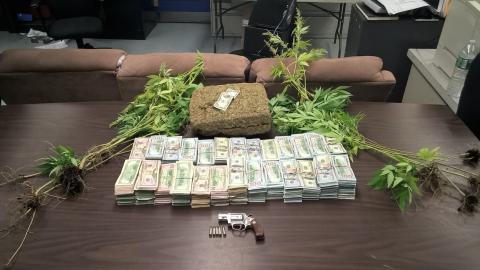 De acuerdo con la policía, todo este material fue hallado bajo la...