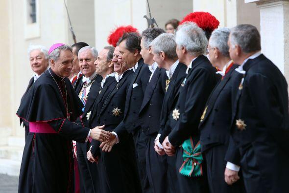 Gänswein saluda a los caballeros papales que formaron parte del recibimi...