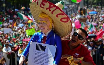 Miles de mexicanos marcharon a la ciudad de México en contra de Donald T...