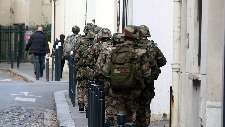 Decenas de militares por las calles de París.