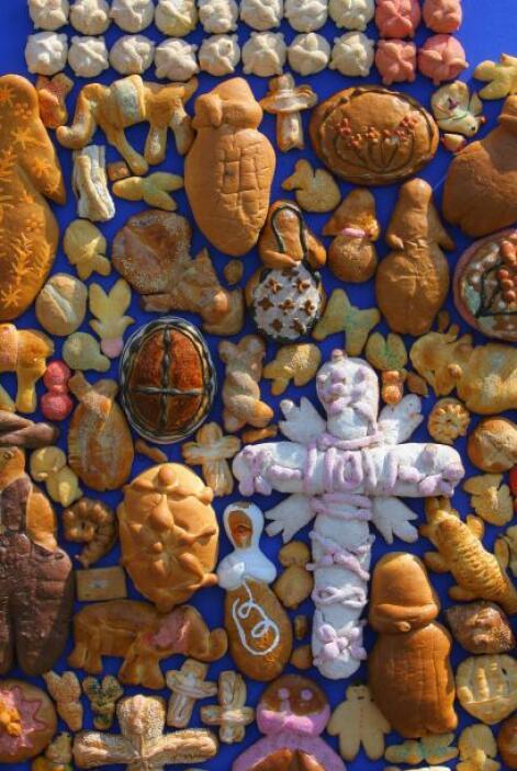 Además de las calaveras de azúcar, sal, futas, una cruz y objetos del di...