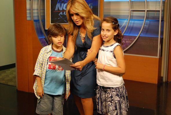 Valeria estaba muy atenta a la cámara mientras su hermano Nicol&a...
