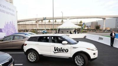La Range Rover de Valeo se estaciona y maneja desde un teléfono móvil.