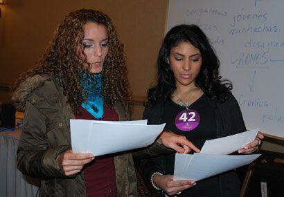 En esta clase las chicas ponen en práctica lo que es trabajo en equipo.