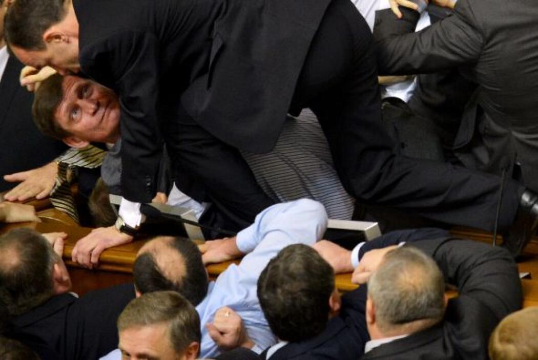 Mientras que los parlamentarios de la oposición se encaramaban al presid...