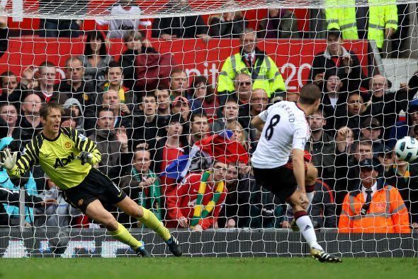 Peor llegó la reacción, liderada por Steven Gerrard.