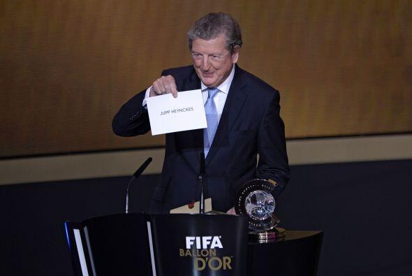 El mismo Hodgson mostró el nombre del ganador como mejor t&eacute...