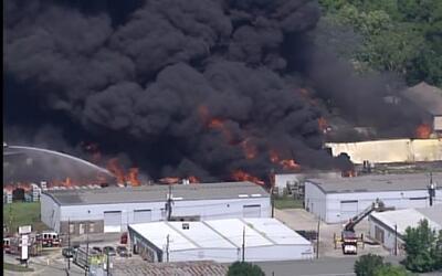 Más de 100 bomberos combaten voraz incendio al noroeste de Houston